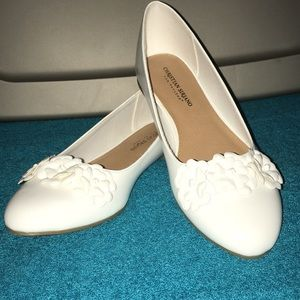 Gorgeous NWT comfortable shoes white flats
